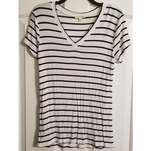 Zenana Outfitters Women's Size Large V Neck Tee